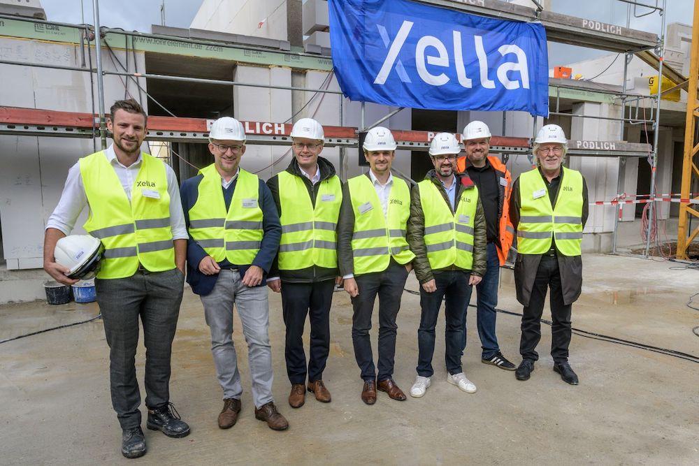 Michael Van Tendeloo leads Xella team with an onsite Hololens demonstration